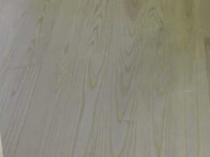 床は自然エネルギーを利用した床暖房です。