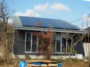 屋根には大きな太陽光発電パネル。