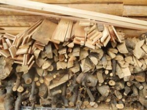 薪ストーブの燃料「薪」。家をつくる時に出た木材を利用しています。