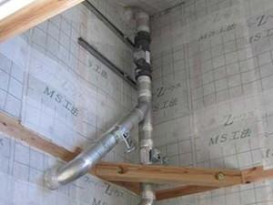 壁面の裏側です。ダクトで暖気を室内に送り込みます。