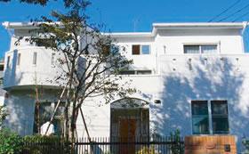 スペイン風の白亜の邸宅