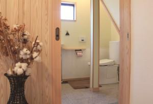 自然素材リフォーム トイレ 階段下