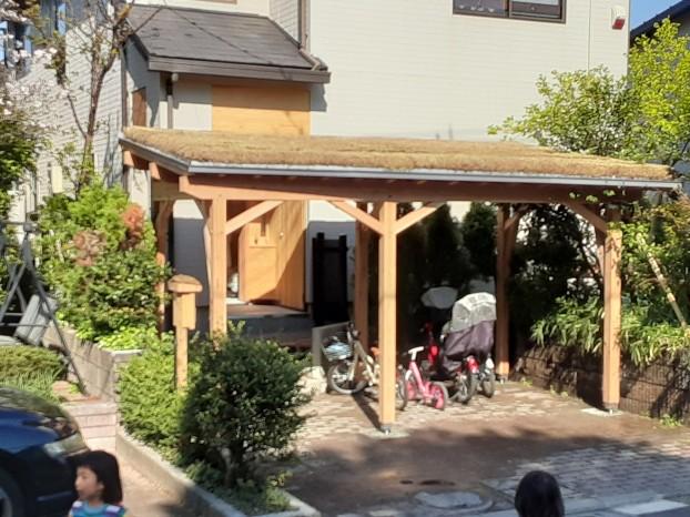 草屋根駐輪場